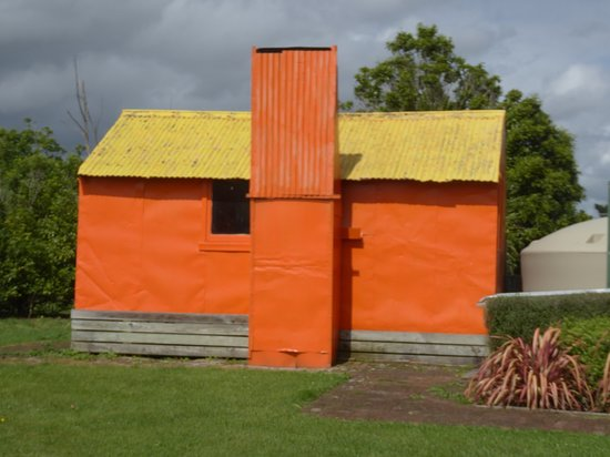 OngaOnga Museum: Relocated forestry hut - such an interesting history, especially the colour