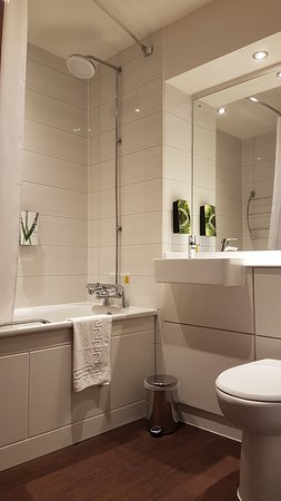 Stepps, UK: Clean and tidy bathroom