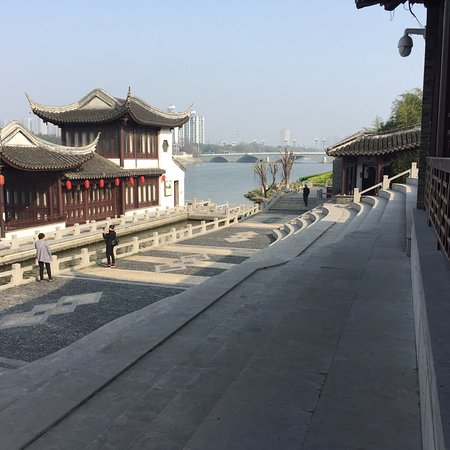 Taizhou, Kina: Beautiful park. Very serene.  I live close enough to walk here in he mornings.
