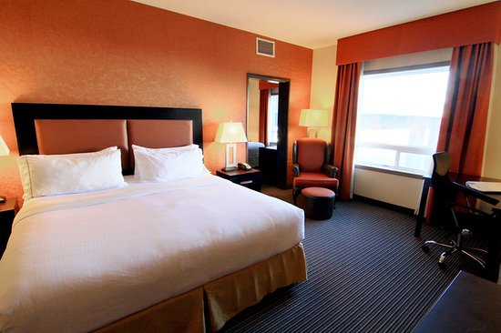 Holiday Inn Express & Suites Airport - Calgary: Guest room