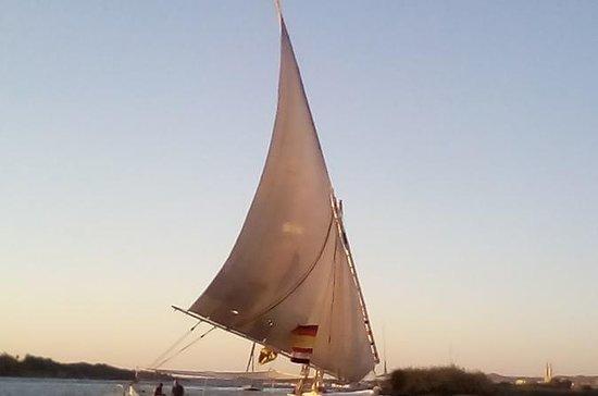Felucca segelbåt rida i Aswan stad