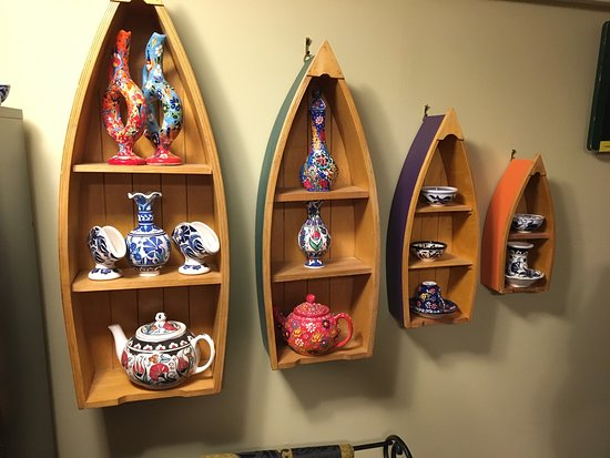 Nanaimo, Canada : Display shelf with ceramics