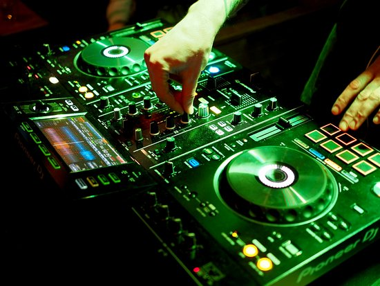Treffi Pub & Bistro: Our DJ is playing until late night every Friday and Saturday!