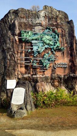 Langkawi Legend Park: peta pulau langkawi di tebing