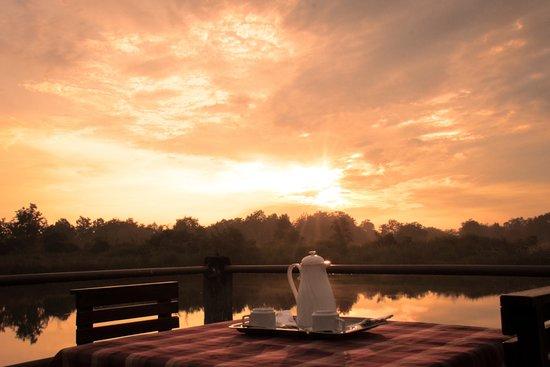 Asteya Kanha: evening tea by the lake