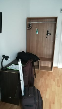 Omega Guesthouse Budapest: Petit Bureau Et Espace Rangement