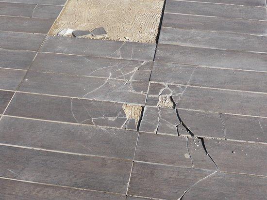 Hotel Riu Palace Tikida Agadir: Broken tiles with sharp edges around poolside