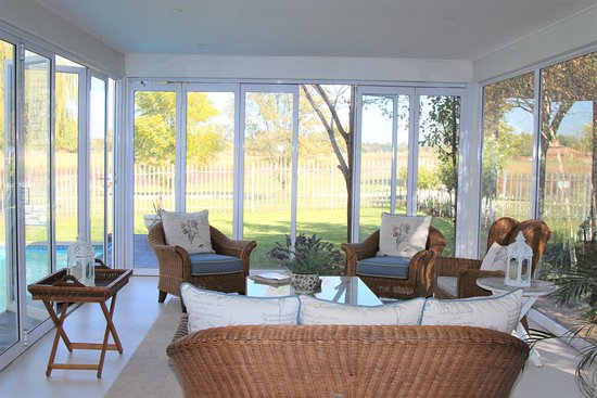Lichtenburg, Afrique du Sud : Sitting room with view of pool