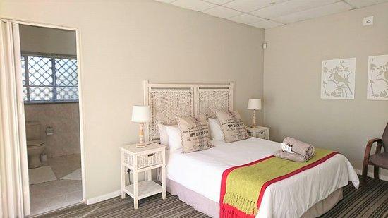 Lichtenburg, Afrique du Sud : Standard Room with a Queen bed. Bathroom with a bath.
