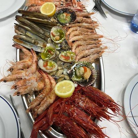 Pescaderia Los Mellizos: Muy buena Parrillada y remate de postres ..... el hojaldre reservarlo que vuela en las comandad