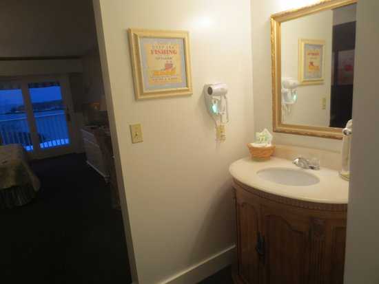 Strawberry Hill Seaside Inn: The vanity is in the room rather than in the bathroom