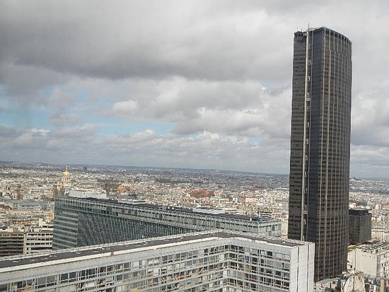 Pullman Paris Montparnasse: I like the location, close to Bus and train station, Gare Montparnasse. Lots of places to eat an