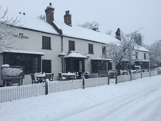 Chipperfield, UK: Snowy Brewers!