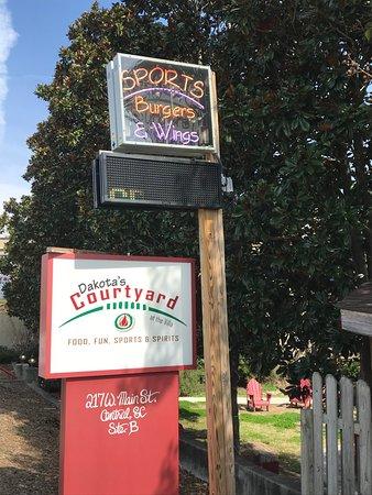 Central, Carolina del Sur: Dakota's Courtyard Sports Grille