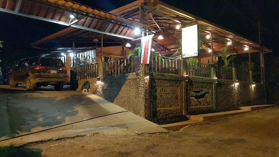 Cabinas Pura Vida: Entrada bien iluminada y las instalaciones muy bien conservadas ...  La primera impresión es agr