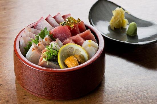 Aizome: Kaisenju, seleção de peixes e frutos do mar servidos sobre arroz temperado para sushi