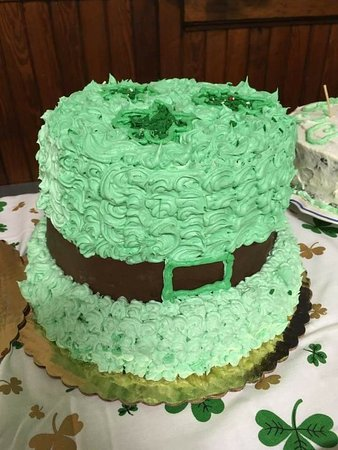 Copake Falls, NY: Melissa is a great baker making these two cakes, the hat had rainbow and candy inside.
