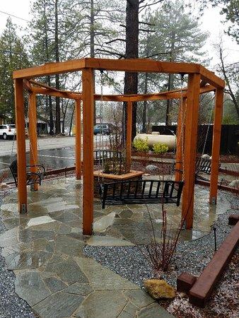 Silver Pines Lodge: Swings