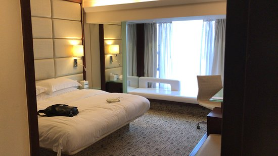 Regal Kowloon Hotel: spacious bed room