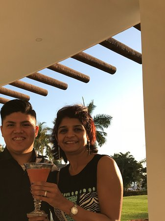 Grand Velas Riviera Nayarit: With mixologist David surprising me with a new drink