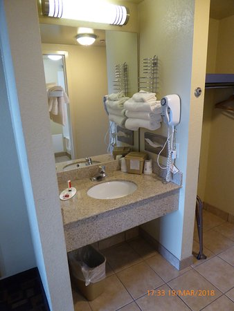 Days Inn by Wyndham Gettysburg: room sink area