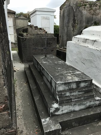 Two Chicks Walking Tours: Yellow Fever Grave circa 1800