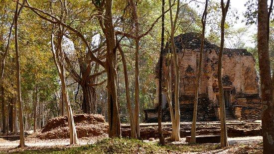 Kampong Thom Province, Kambodscha: A ruin in a sunlit glade