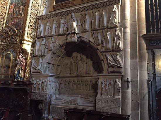 Catedral de Ourense: Escultura funeraria del obispo desconocido de la catedral de Orense
