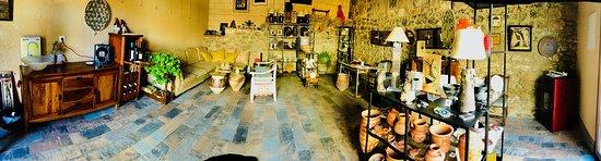 Penaranda de Duero, Hiszpania: Interor de la sala de exposición y venta