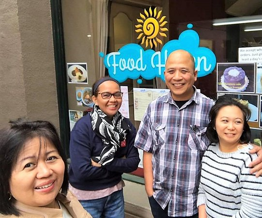 Timaru, นิวซีแลนด์: A pose at the front window with Food Haven hosts, Jonan and Jewel