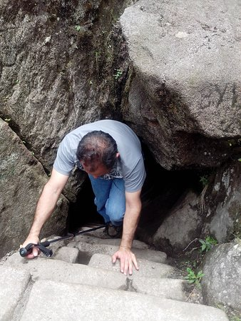 Pasando por una cueva para llegar a la cima de la montaña Waynapicchu