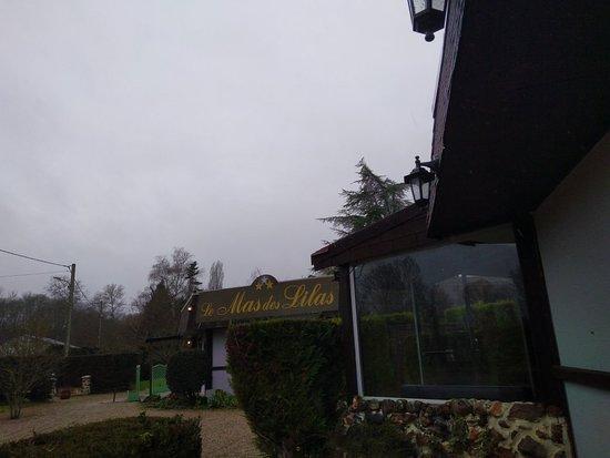 Escolives-Sainte-Camille, Prancis: Vue extérieure