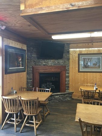 Rustburg, Virginie : New fireplace and TV in private dining area