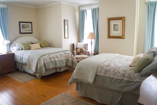 Pawling, NY: The Sybil Kane Room: Two full size beds and a private bathroom.