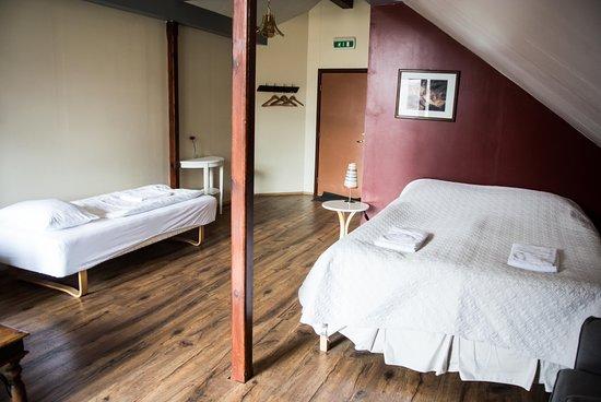 Borgarnes, Islandia: Big room with double & single bed