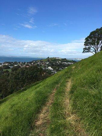 Devonport, Neuseeland: We walked uphill on the grassy path