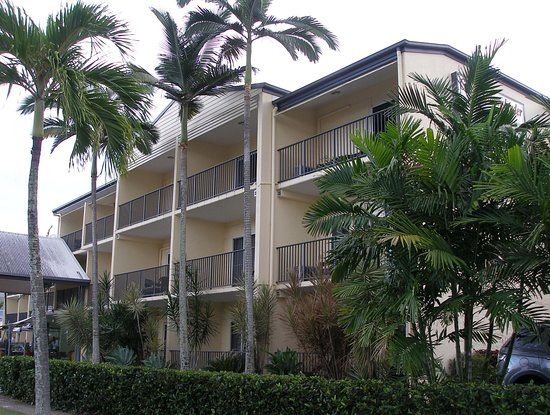 Cairns Queenslander Hotel and Apartments: Front of hotel