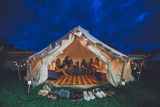 Half Glamping Hoshioto: 夜間のテントはライトをつけるとまた幻想的で楽しめます。