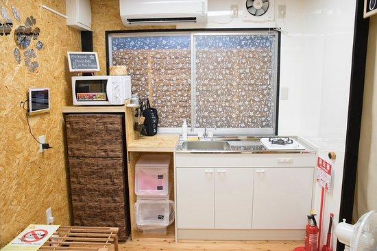 Half Glamping Hoshioto: ミニキッチンに冷蔵庫もついております。