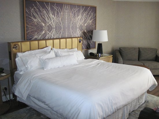 The Westin Toronto Airport: large & comfy bed