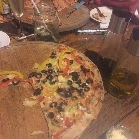 Fuego y Leña Pizza Artesanal: Delicioso todo. Llegamos por casualidad buscando otro lugar y fue lo mejor que nos pudo pasar. G