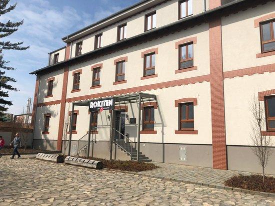 Moravsky Krumlov, Czech Republic: Pohled na vstup do hotelu z parkoviště - Hotel entry from parking