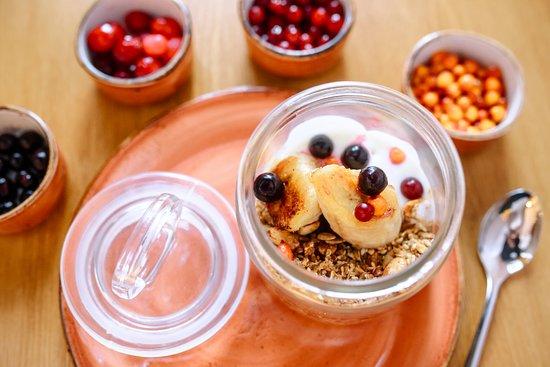Первая Пельменная: Гранола собственного приготовления с нежным йогуртом и карамелизованным бананом