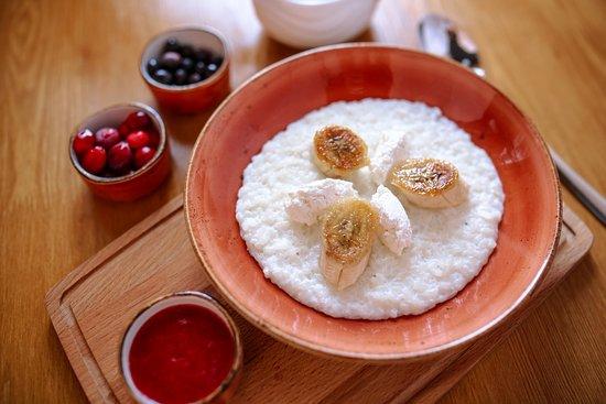 Первая Пельменная: Фирменная рисовая каша с фермерской рикоттой, карамелизованным бананом с клубничным вареньем