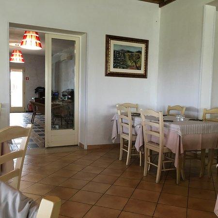 Ploaghe, Italy: Interni del locale e piatti gustati (tagliata di manzo con rucola, scaglie di grana ed insalatin