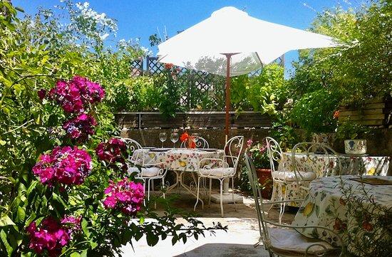 Les Asphodèles : terrasse fleurie pour dîners et petits-déjeuners