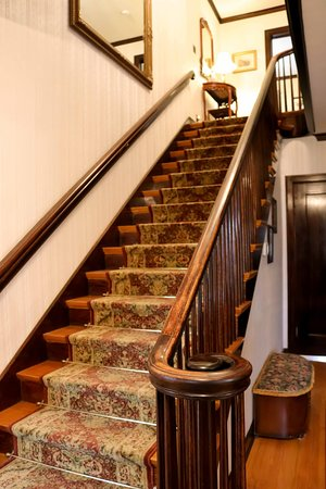 A' Tuscan Estate Bed & Breakfast: Entry staircase