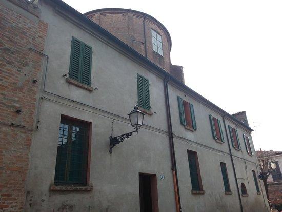 Ferrara, Italie : lato della chiesa, parte del convento di clausura
