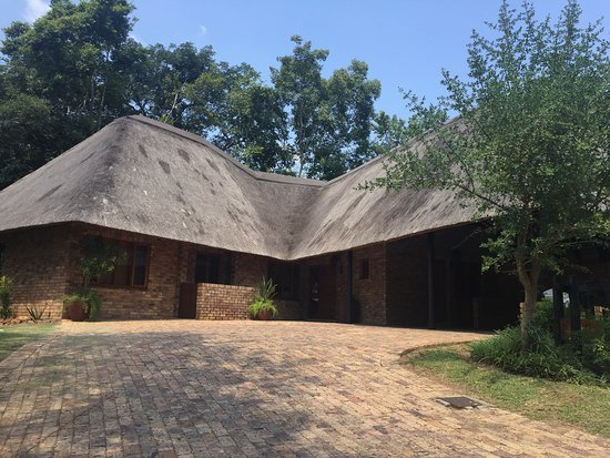 Kruger Park Lodge: The front of our villa, including a two car carport and thatched roof