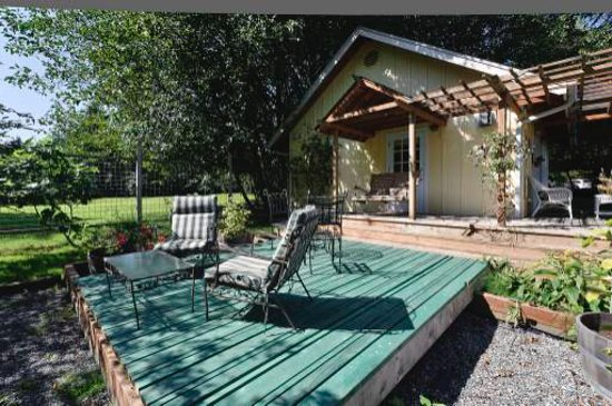 Country Cottage of Langley: Cabernet Cottage Deck & Gardens